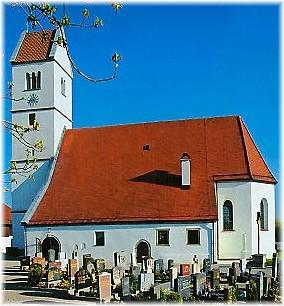 Pfarrkirche Surheim vor blauem Himmel