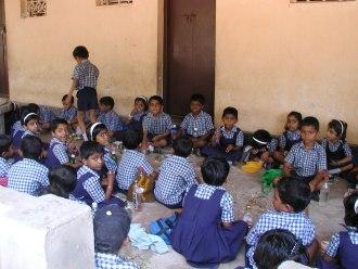 atenkinder beim Mittagessen