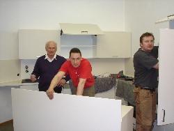 Förderverein von St. Albertus Magnus beim Aufbau der Jugendküche