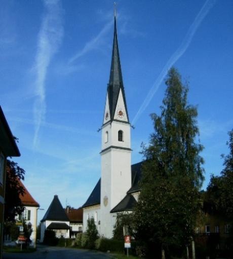 Pfarrkirche Frasdorf mit Pfarrheimund Friedhofskapelle