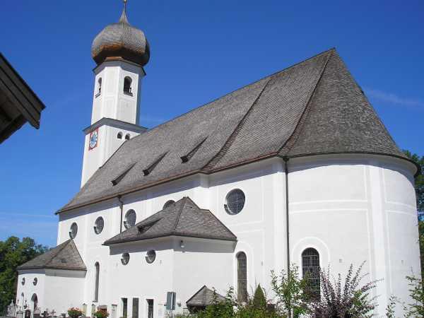 Pfarrkirche von außen mit Turm und Schiff