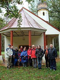 Pfarrgemeinderäte von St. Otto und St. Albertus Magnus vor der St. Anna-Kapelle in Staucharting (bei Sauerlach)