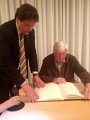 Prof. Dr. Maier trägt sich ins Goldene Buch der Gde. Ottobrunn ein