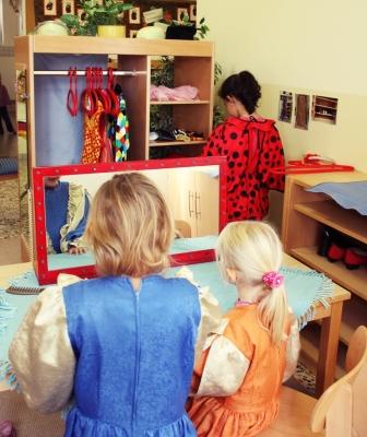 Kinder in der Verkleidungsecke