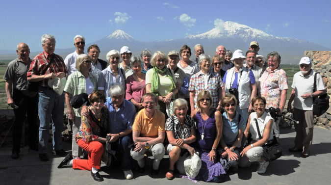 Armenien-Reisegruppe vor dem Ararat
