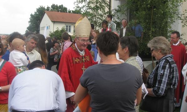 Weihbischof Bernhard Haßlberger vor der Kirche
