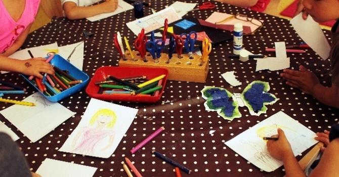 Tisch mit malenden Kindern
