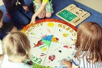 Kinder mit Jahreszeitenkalender