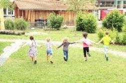 Kinder laufen an der Garten Nordseite entlang