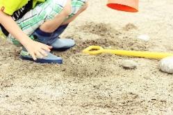 Ein Kind spielt im Sandkasten