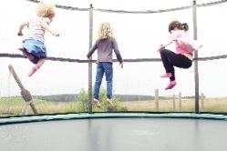 Kinder springen im Trampolin