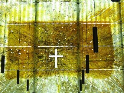 Auferstehung. Kirchenfenster von Helen Santarossa, München St. Florian<br/>Foto: Angelika Sterr