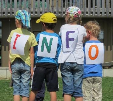 Kinder mit den Buchstaben INFO auf dem Rücken