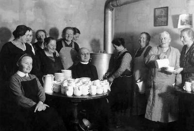 Pfarrer Muhler in der Anfangszeit des Marienvereins im Kreis der Frauen