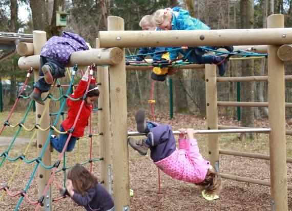 Kinder im Klettergerüst
