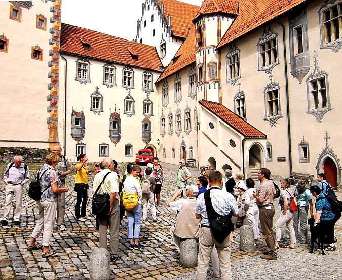 Führung und singen im Hof des Hohen Schlosses in Füssen