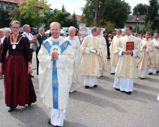 Der Primiziant mit Bürgermeisterin und Priestern