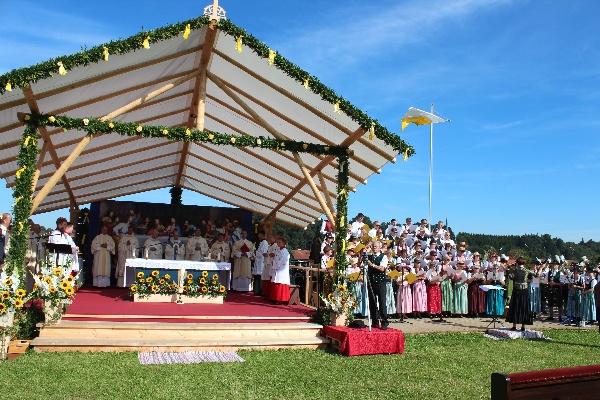 Der Primizaltar mit dem Fest-Chor