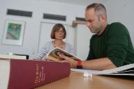 Angelika Sterr und Kilian Knörzer beim Erarbeiten des Bibeltextes