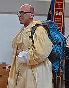 Pfarrer Moderegger bei der Amtseinführung mit Rucksack