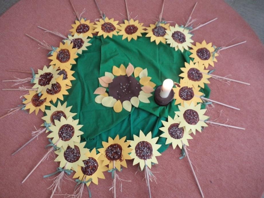 Bodenbild mit Sonnenblumen-Erntestäben