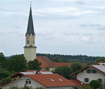 Pfarrkirche über Ortsdächern