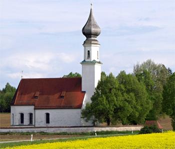 Kirche im Rapsfeld