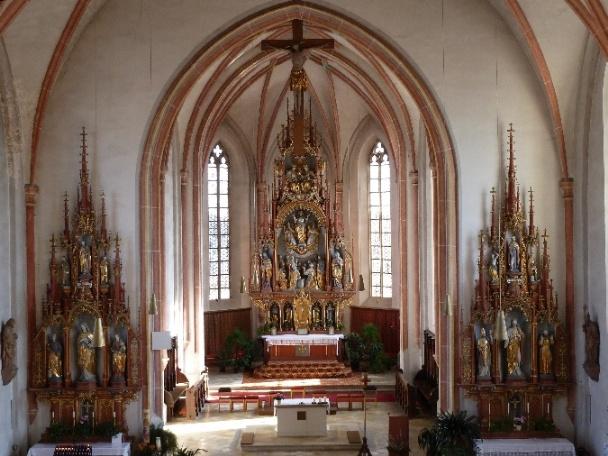 Innenansicht der Pfarrkirche Palling mit Hoch- und Seitenaltäre