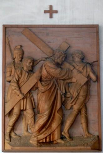 5. Station - Simon v. Cyrene hilft Jesus d. Kreuz tragen Pfarrkirche Palling