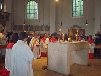 Am Altar an Fronleichnam in St. Otto