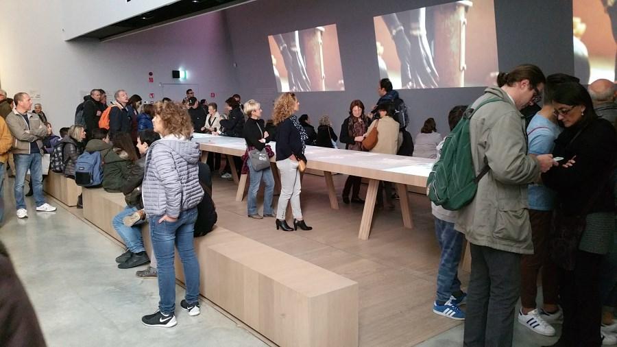 Tisch im Pavillon des Vatikan bei Expo