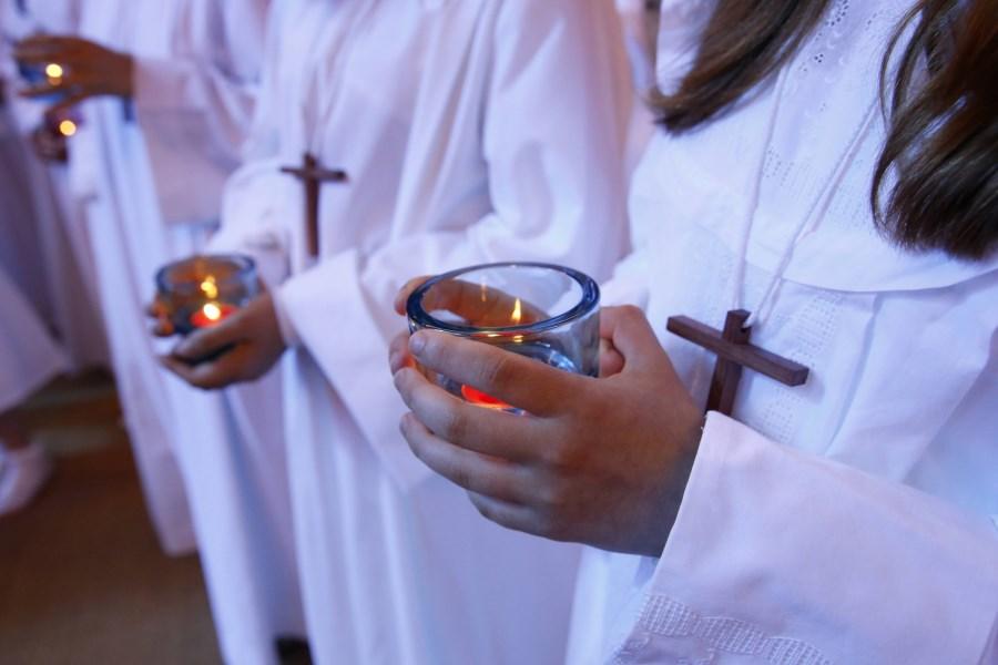 Junge Menschen mit Kerzen