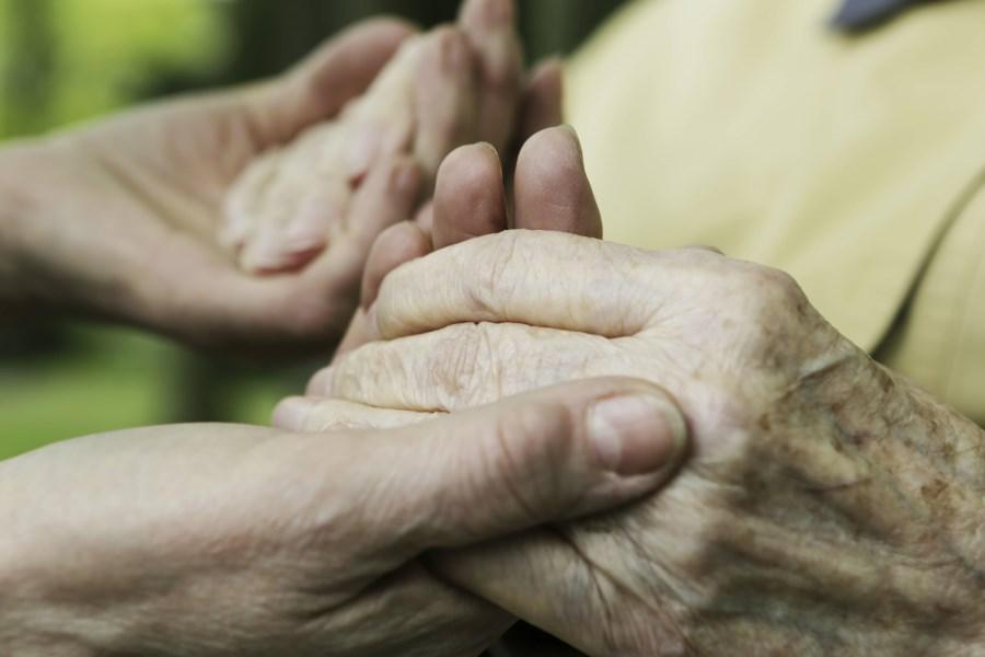 alte Hände werden gehalten