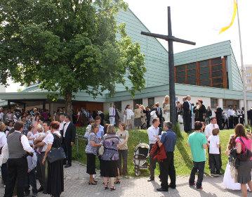 Kirche St. Bonifatius mit Leuten