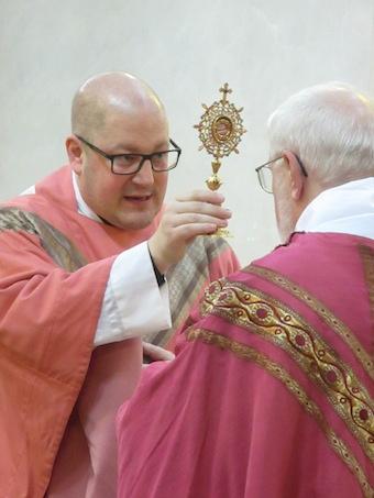Segnung-mit-Reliquiar-Priester-340