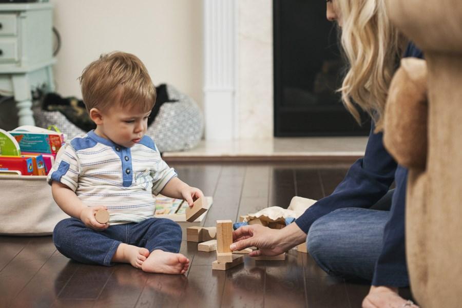 Mutter spielt mit Kleinkind_imago/Westend61