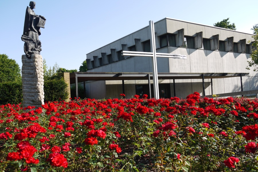 Kirche mit Rosen und Markus-Säule