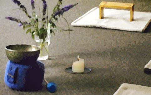 meditationsplatz mit gong, blume und kerze