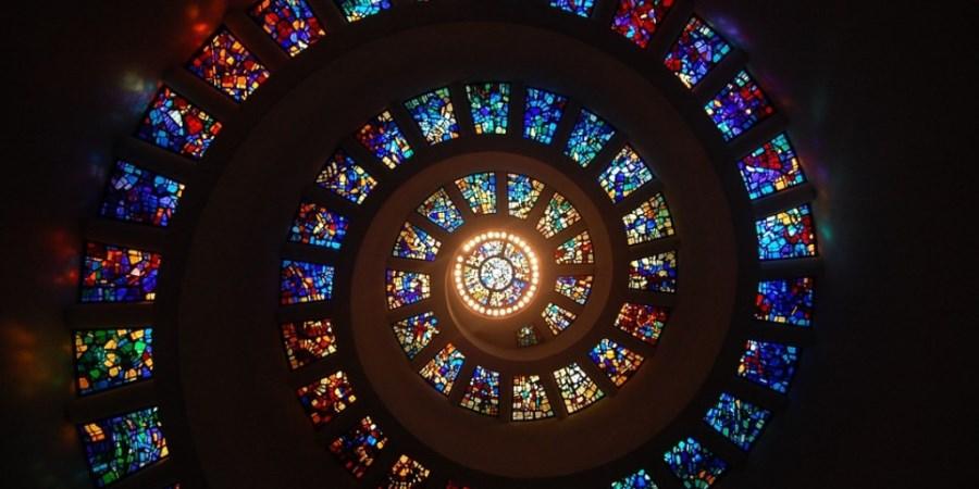 bunte Kirchenglaskuppel