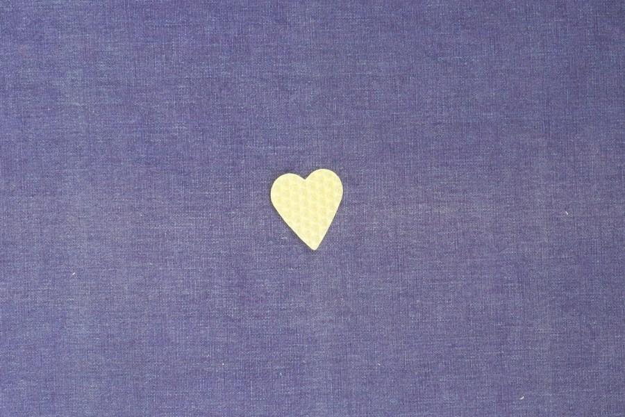 ausgestochenes Herz aus Wachswabenplatte