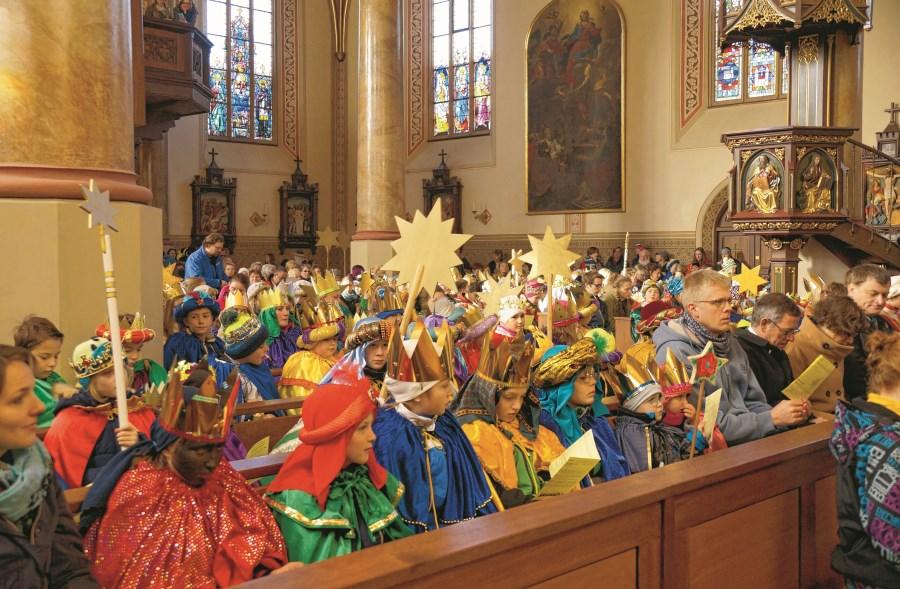 Sternsinger in Kirchenbänken