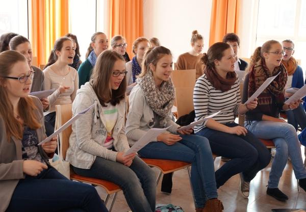 Mädchen bei der Singprobe im Chor