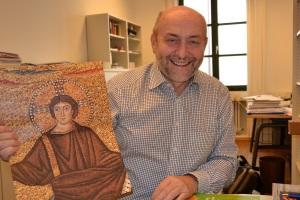 Helmut Heiss mit Sakramentenpastoral-Poster jugendlicher Jesus