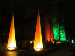 Ansicht Andreasmarkt am Abend mit Leuchtpyramiden