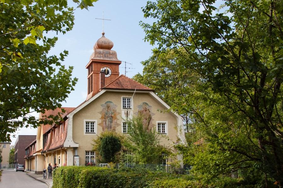 St. Barbara Neuhausen Außenansicht mit grünen Bäumen
