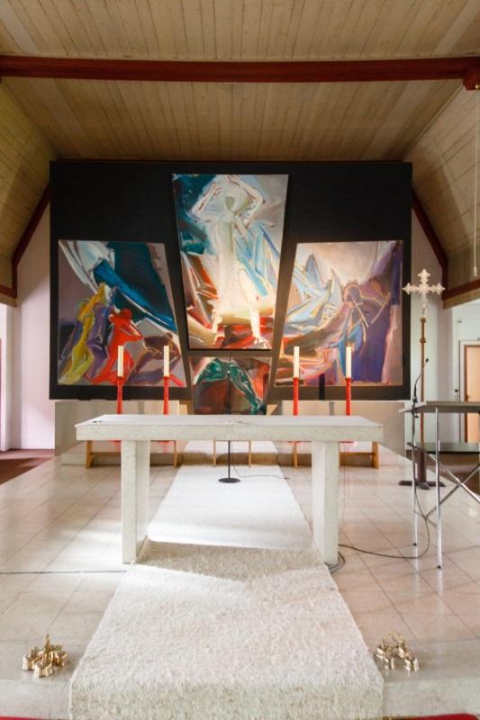 St. Barbara Neuhausen Innenraum mit Blick auf Altar und großes buntes Leinwandgemälde