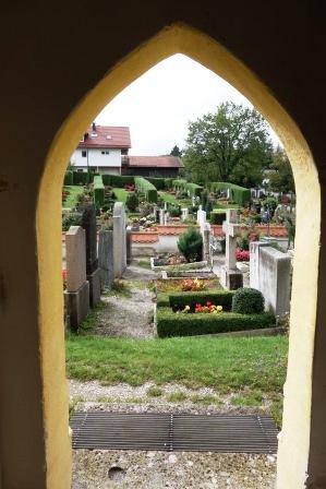 Blick aus dem Zeller Kircherl auf den Friedhof