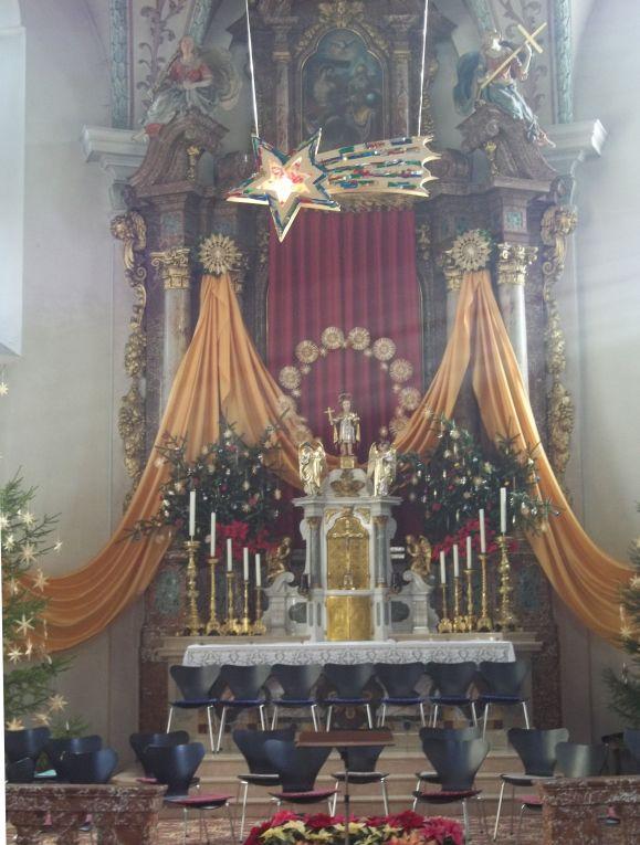 Festlich geschmückte Kirche