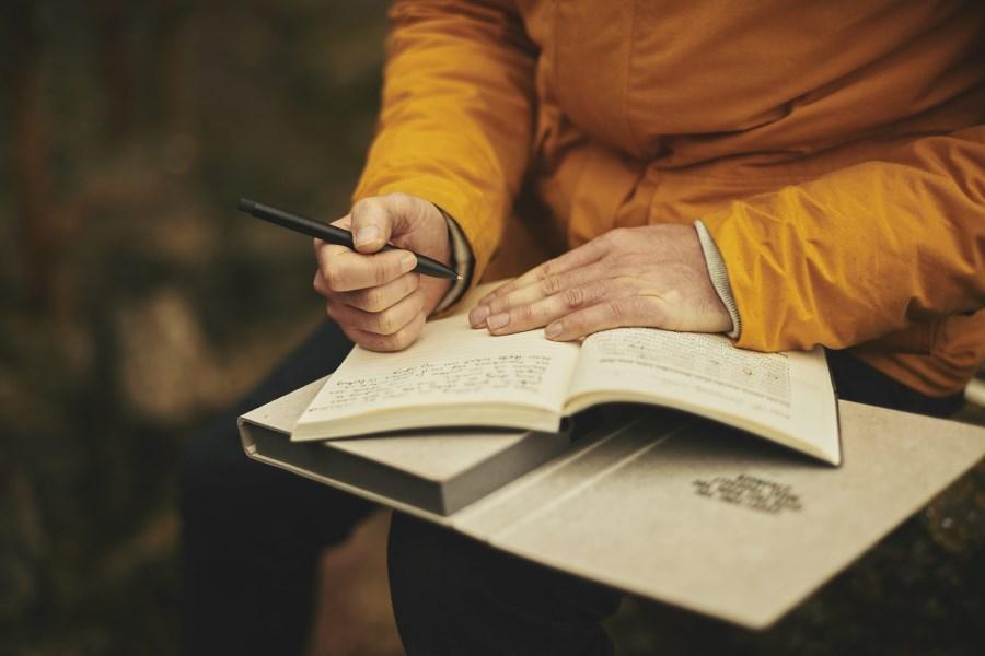 Ausschnitt Mann schreibt Tagebuch