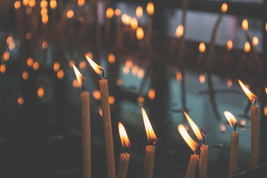 Lichtermeer aus dünnen Kerzen